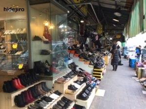 靴が並ぶ卸ビル